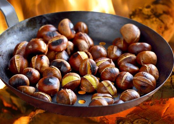 hạt dẻ nướng chín, vỏ màu nâu ruột màu vàng trên chảo